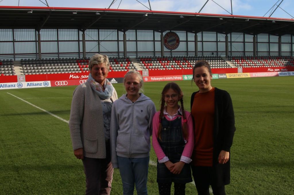 Managerin Karin Danner, Schülerinnen Teresa und Juliana, Spielerin Nicole Rolser / Foto: Schmidt-Wellenburg